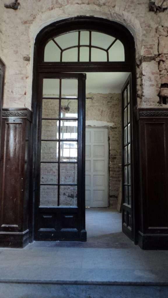 Holul de intrare cu lambriurile peretilor 5